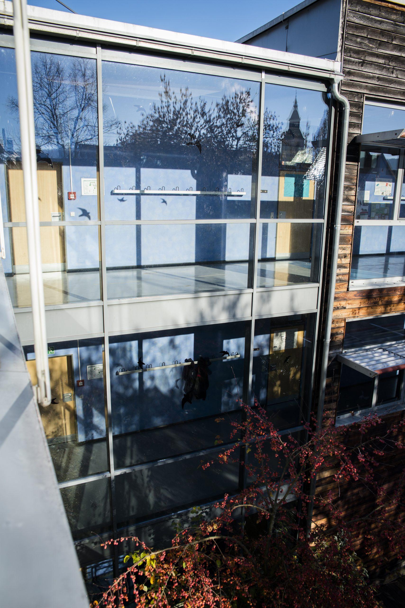 Blick aus dem Fenster auf Schulgebäude